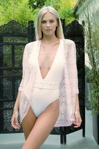 Veste beachwear au crochet rose