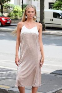 Robe mi-longue en velour nude