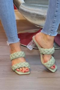 Sandales vertes à talons transparent